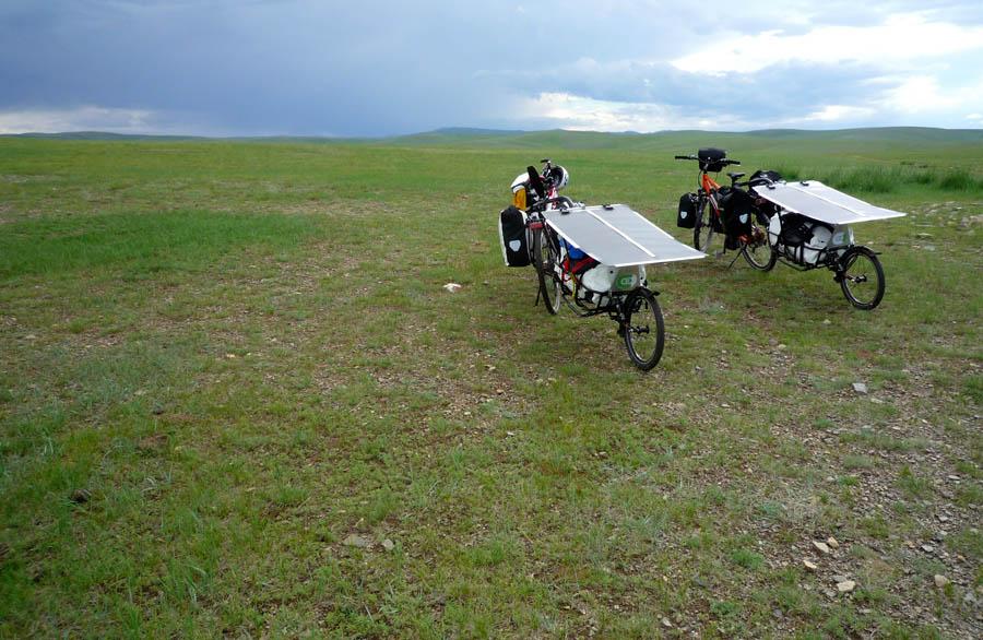 pedelec-adventures-com_tour-de-mongolia_2012-07-07_tag3_bikes-am-anstieg_p1020288_web